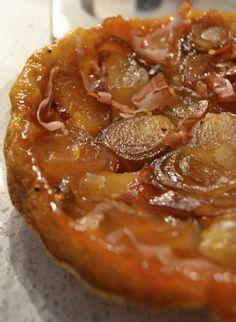 Torta cipolle speck rovesciata, versione salata della tarte tatin francesce. Ha un gusto tra dolce e salato, che si accentua con un po' di fleur de sal.