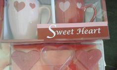 Twee mokken en twee harten kaarsjes