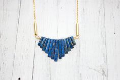 Messingkette mit blauem Lapis Lazuli in Fächerform // brazen necklace with blue lapis lazuli, fan-shaped via DaWanda.com