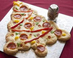 Kerstontbijt/diner: This is a fun Christmas pizza that the kids can all help make, decorate and eat! Christmas Pizza, Christmas Eve Dinner, Christmas Snacks, Xmas Food, Christmas Appetizers, Christmas Cooking, Christmas Fun, Christmas Baking For Kids, Italian Christmas