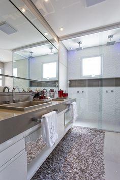 Amplitude e cor em apartamento familiar Bathroom Spa, Bathroom Interior, Rental Decorating, Interior Decorating, Small Bathroom Storage, Cool Apartments, Suites, Bath Design, Home Interior Design