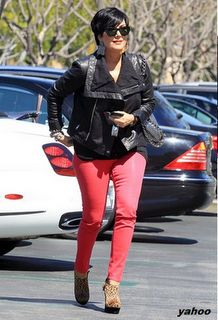 I love Kris Jenner and this article about what she is wearing is dumb! What 56 year old woman that you know, who has had 6 kids, could still rock out in these clothes! She is a hot momma! Kardashian Family, Kardashian Style, K Dash, Colored Pants, Kris Jenner, Mom Style, Dress Codes, Old Women, Celebrity News