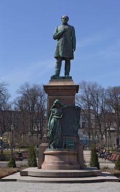 Johan Ludvig Runeberg patsas Esplanadin puistossa.Kuva: P7r7 / Wikipedia - Runebergillä on nimikkokatuja,-aukioita ja -puistoja useissa suomal.kaupungeissa.Johan Ludvig Runebergin patsaita ja muistomerkkejä on Punkaharjulla(1880 ja 1939),Helsingissä(1885),Porvoossa(1885 ja 1888),Pietarsaaressa(1904),Vaasassa(1952),Ruovedellä (1954),Turussa(1968).V.2004 lyötiin Runebergin kunniaksi hopeinen juhlaraha.