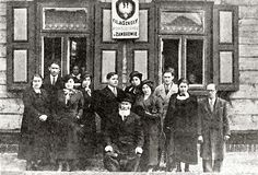 The Teachers and the Committee of the Jewish-Polish Volksschule.  R' Menachem Dunowicz, the Municipal Dozor, sits in the center.
