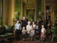 Die Queen mit ihren fünf Urenkeln und ihren zwei jüngsten Enkeln. Auf...