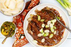 Ik denk dat babi pangang het bekendste gerecht van de (afhaal)chinees is. Krokante stukjes varkensvlees met een dikke zoete saus en vaak nog in combinatie met Chinees zuur en natuurlijk de welbekende Chinese bami of nasi. Oriental Food, Indonesian Food, Rice Noodles, China, Asian Recipes, A Food, Crockpot, Slow Cooker, Nom Nom