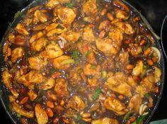 Kuře Kung Pao 4 kuřecí řízky, 1 malá soj omáčka, solamyl, 3 vejce, worcester, cukr, voda (nebo bílé víno), nesolené arašídy, žampióny, zelenina dle chuti( cibule, pórek, pekingské zelí)POSTUP  Kuřecí řízky na nudličky,dáme do vajec a solamylu (1/2 krabičky),poté maso smažíme ponořené v oleji  Na pánvi osmahneme arašídy, žampióny a zeleninu. K tomu přidáme osmažené maso a zalijeme zálivkou ( do půllitru celou sojovku, trochu worcestru, dolijeme a osladíme.3 minuty povaříme a zaprášíme… Asian Recipes, Ethnic Recipes, Kung Pao Chicken, Paella, Poultry, Crockpot, Curry, Good Food, Food And Drink