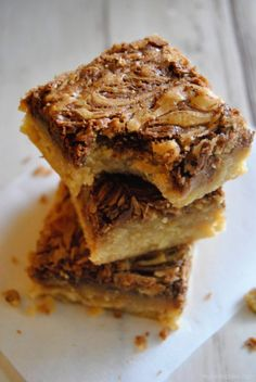 Nutella Swirled Blondies - chewy, brown sugar blondies swirled with gobs of chocolate hazelnut Nutella. SO easy and quick to make! Nutella Recipes, Brownie Recipes, Dessert Recipes, Desserts, Blondie Brownies, Chocolate Hazelnut, Brownie Bar, Something Sweet, Blondies