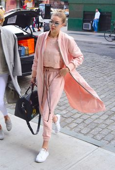 Pin for Later: Gigi and Bella Will Inspire You to Embrace Fashion's Chillest Trend Dare to wear athletic-inspired clothes in a surprising color. Sporty Chic Outfits, Sneakers Fashion Outfits, Casual Outfits, Look Athleisure, Athleisure Fashion, Legging Outfits, Pink Sweat Suits, Sneakers Street Style, Sport Style
