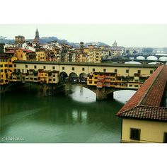One of the symbols of #Firenze besides being romantic is also the oldest #bridge of the city. ▶ Ponte Vecchio ❤.