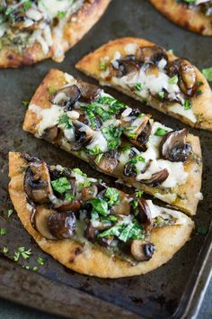 Caramelized Mushroom Flatbread Pizzas – Peas And Crayons The easiest way to make pizza in a hurry? These cheesy Caramelized Mushroom Flatbread Pizzas are quick, easy, and totally tasty! These naan pizzas are vegetarian and full of flavor! Naan Pizza, Crust Pizza, Pizza Hut, Vegetarian Pizza Recipe, Pita Pizzas, Think Food, Yummy Food, Tasty, Good Pizza