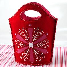 Put your holiday gifts in this cute #DIY Winter Wonder Bag from @ILoveto Create