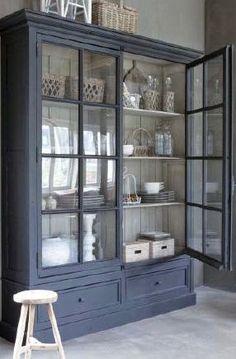 Mooie interieurs met veel grijs.         Landelijke keuken in grijstinten       Keuken/bijkeuken met een fantastische oplossing als afschei...