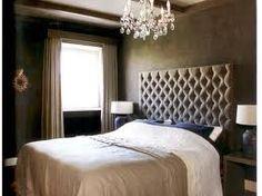 Deze mooie landelijke slaapkamer laat goed zien dat rommelig ook