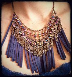 Maxi colar de couro e cristais, corrente ouro velho.