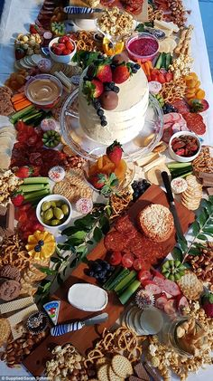 Gold Coast woman, Sarah Schmith, recently decided to try her hand at making her own grazing platter - but on a budget. The revealed to FEMAIL how she did it, and her tips for others. 1st Birthday Foods, Picnic Birthday, Birthday Ideas, Charcuterie Recipes, Charcuterie And Cheese Board, Grazing Platter Ideas, Food Set Up, Party Food Platters, Party Spread