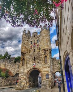 """✨ Visit York ✨ on Instagram: """"Micklegate Bar was the most important of York's four main medieval gateways and the focus for grand events 🏰 At least half a dozen…"""""""