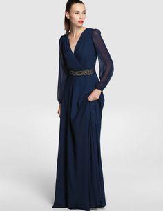 El azul noche es el gran triunfador entre los colores de traje de fiesta, como este elegante vestido largo de Tintoretto con manga larga de gasa, escote de pico y trabajo de pedrería en el cinturón.