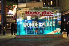 HOME PLUS 東大門店  大型折扣超市 HomePlus 是韓國三大連鎖超市,超過一百間分店遍佈全國,經常會進行大折扣減價,如買一送一,半價等優惠。店內內不但有手信、韓國食品等,幾乎所以家居用品,服飾、電器都一應俱全,同時有退稅服務,遊客又可以慳多一點。  HomePlus東大門分店,為24小時營業,地庫1、2樓及2樓為HOMEPLUS賣場,如超大型家電特賣場、童裝品牌特賣場等,1樓為美食廣場。  除遊客熱點的東大門有分店外,合井(近弘大)、永登浦也有分店,地址可到其官方網站查閱。  地址首爾東大門區龍頭洞 33-1號 查詢電話+82-2-2173-8000 開放時間 24小時營業 開放提示逢星期一 0:00 - 10:00暫停營業 前往方法 路線 - 地鐵 起點: 1號線 祭基站3號出口 需時:步行約5分鐘 路線2 - 地鐵 起點: 2號線 龍頭站3號出口