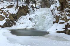 Zimowy, pienińsko - gorczański trekking Zamarznięty wodospad Zaskalnik w Szczawnicy.