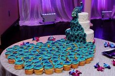 Peacock cake that cascades into cupcakes. this is the current winner of our Most Favorite Cake Ever right now! Peacock Cupcakes, Peacock Cake, Peacock Wedding Cake, Peacock Theme, Peacock Dress, Peacock Colors, Peacock Design, Wedding Cakes With Cupcakes, Cupcake Cakes