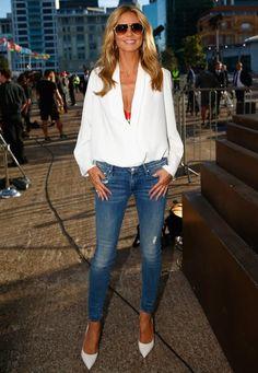 Fashion-Looks: Der Sommer zieht in den Kleiderschrank von Heidi Klum ein: Zu einer coolen Blue-Jeans trägt sie ein luftiges Oberteil in strahlendem Weiß.