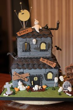 Haunted house cake for Halloween party or a b-day that's close to Halloween. Halloween Gingerbread House, Halloween Torte, Pasteles Halloween, Bolo Halloween, Theme Halloween, Halloween Baking, Halloween Birthday, Halloween Treats, Gingerbread Houses
