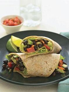 Tres recetas de almuerzos rápidos por debajo de las 350 calorías: burrito de frijoles, enrollado de atún y enrollado de pavo con hummus.