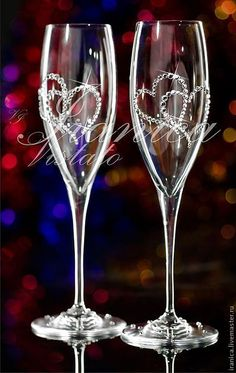Diy Wine Glasses, Glitter Glasses, Decorated Wine Glasses, Painted Wine Glasses, Wedding Toasting Glasses, Wedding Champagne Flutes, Champagne Glasses, Bride And Groom Glasses, Wine Glass Crafts