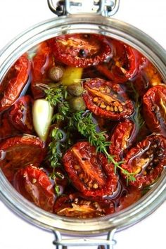 Getrocknete und marinierte Kirschtomaten Dried and marinated cherry tomatoes Marinated Tomatoes, Vegetarian Recipes, Healthy Recipes, Good Food, Yummy Food, Mets, Canning Recipes, Diy Food, Cherry Tomatoes
