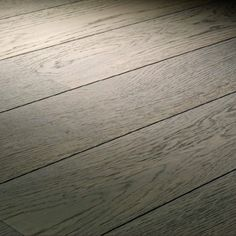 Lot de 33,50m² d'un parquet contrecollé chêne gris brosséet huilé   Ce produit est une fin de série dont la production est arrêtée en usine. Il est de même qualité qu'un autre parquet et offre un rendu similaire.    Pose ultra rapide flottante   Finitionhuilé mat   Facile d'entretien