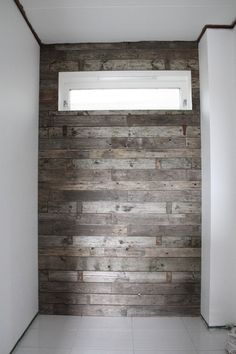 Wall made of recycled wood pallets Deco Design, Wood Design, Pallet Projects, Home Projects, Timber Walls, Bedroom Crafts, Rustic Bathrooms, Recycled Wood, Home Hacks