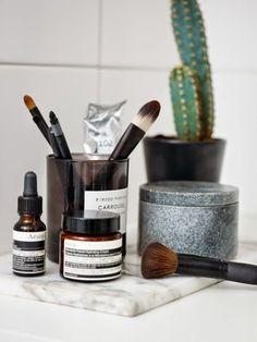 Salle de bain au style boheme/ Kinfolk Bathroom / Bougie en guise de boite pour les pinceaux de maquillage