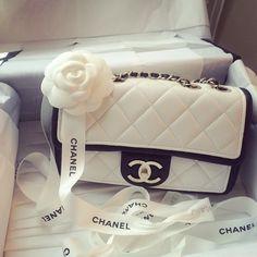 Retrouvez une sélection de sacs Chanel sur dariluxe.fr et n'hésitez pas à nous suivre sur Facebook et Instagram !
