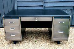 Hier sind zwei wunderbare Beispiele für echte 50er Jahre Möbel-Design. Diese Beispiele für fabelhafte Ingenieur Schreibtische sind zurück zu