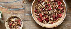 Troubu předehřejte na 160 °C. V míse smíchejte všechny suché ingredience kromě malin a jahod, přidejte rozpuštěný kokosový olej, sirup a dobře... Granola, Yum Yum, Acai Bowl, Breakfast, Food, Acai Berry Bowl, Morning Coffee, Eten, Meals