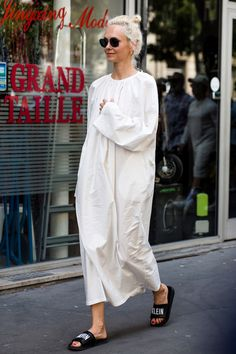 28 casual street style looks from haute couture week that you can actually wear in real life - Vogue Australia White Fashion, Look Fashion, Korean Fashion, Fashion News, Fashion Show, Mode Outfits, Fall Outfits, Casual Outfits, Couture Week