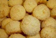 Uma deliciosa receita de biscoitos que derretem na boca com sabor de leite condensado, pedacinhos de coco ralado e aroma de limão....