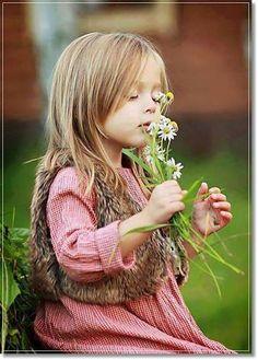 """""""Sorria, ame todas as manhãs, que chegam radiantes. Dê bom dia aos raios de sol, que vem lhe beijar a face. Pise com carinho no chão, que acolhe seus pés. Apaixone-se pelas flores, seu perfume é único. Aprenda com as crianças, suas almas são puras. Aprenda com os mais velhos, suas experiências são sábias. Aprenda com a vida, ela é uma escola sem fim."""""""