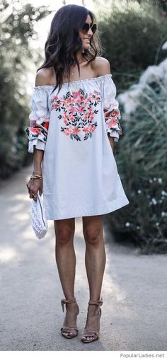 White dress with print, white bag and nude sandals