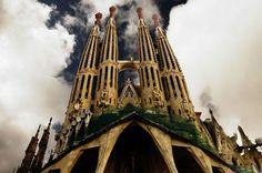 Barselona'da bulunan La Sagrada Familia kilisesinin yapımına Antonio Gaudi tarafından 1882 yılındabaşlanmış, ancak Gaudi'nin ölümünün ardından inşaat yarım kalmıştır. Yapımı halen devam etmektedir.