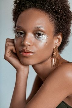 A how-to on wearing glitter makeup from Emi Kaneko