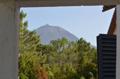Casa Mar e Montanha São Roque do Pico Set in São Roque do Pico in the Pico island Region, this detached holiday home is 28 km from Horta. The property is 17 km from Pontas Negras and free private parking is offered. Free WiFi is provided .  The unit is equipped with a kitchen.