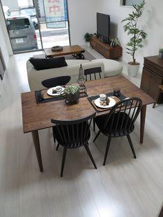 ホワイト色の床にウォールナット無垢材の家具とブラック色を取り入れたコーディネート事例をご紹介 の画像 家具なび ~きっと家具から始まる家づくり~ 名古屋・インテリアショップBIGJOYが家具の視点から家づくりを提案