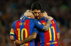 Neymar de Barcelona celebra anotar su cuarto gol con Luis Suárez y Lionel Messi
