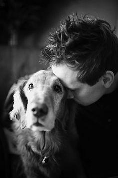 Les derniers adieux de chiens à leur maître capturés dans de sublimes photos noir et blanc