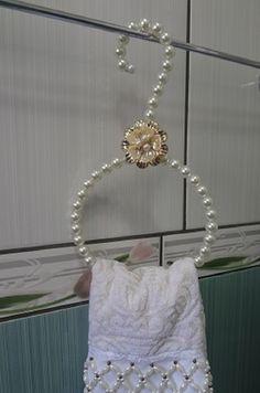 This Pin was discovered by Kar Diy Home Crafts, Diy Arts And Crafts, Bead Crafts, Jewelry Crafts, Diy Home Decor, Diy Para A Casa, Deco Baroque, Wedding Dress Hanger, Bottle Crafts