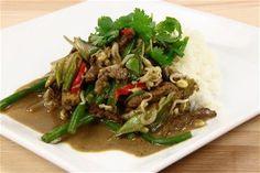 Wok-ret med strimler af kalvekød, karrypasta, springløg, bønnespirer og frisk kokosmælk med chili og koriander 4