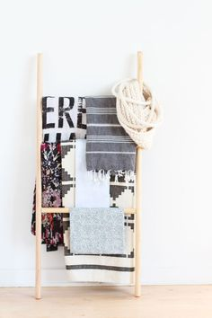 How to Make the Easiest DIY Blanket Ladder (Without Nails or a Hammer) (Paper and Stitch) Diy Interior, Diy Simple, Easy Diy, Diy Blanket Ladder, Diy Inspiration, Idee Diy, Decoration, Ladder Decor, Diy Ladder