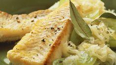 Warum nicht auch einmal diese Kombination: Gebratener Seelachs mit Sauerkraut   http://eatsmarter.de/rezepte/gebratener-seelachs-mit-sauerkraut